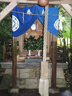 最初昭和59年に神城神社神を 造営する前の土地に 山の神(石の祠、桜の木)の祀られていた祠が 桜の根本に祀ってあった場所です。